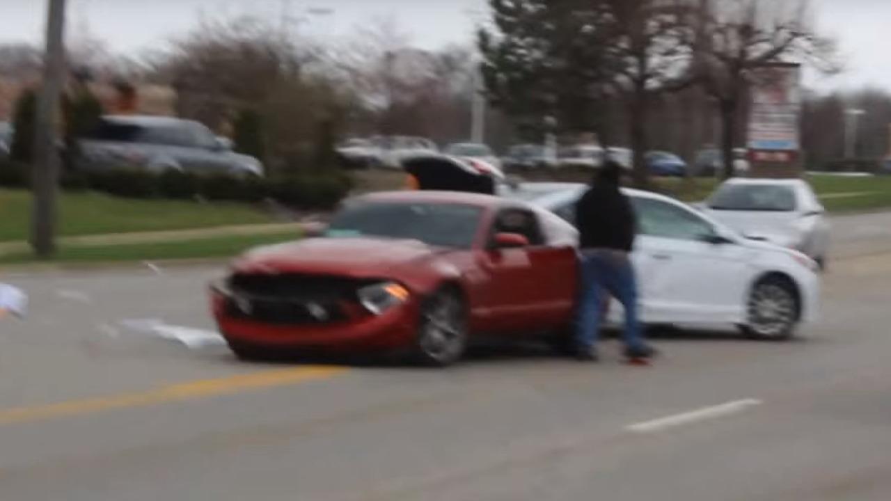 Ford Mustang, Hyundai crash