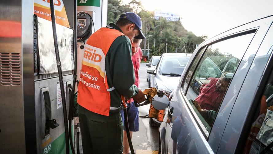 Gasolina fica até R$ 0,41 mais cara após governo dobrar impostos