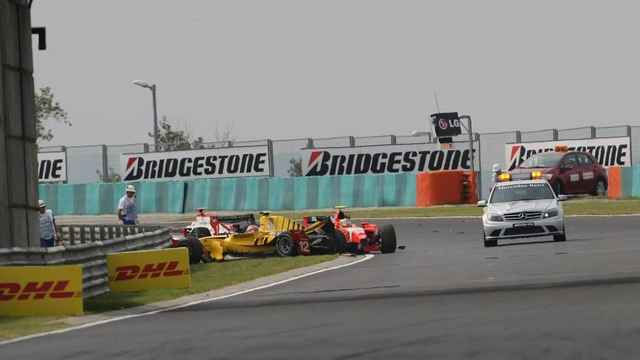 A crash at the start of the race involving Ho-Pin Tung (CHN), Renault F1 Junior Team, Jules Bianchi (FRA), ART Grand Prix and Rodolfo Gonzalez (VEN), Arden International - GP2 Championship 2010, 31.07.2010 Budapest, Hungary