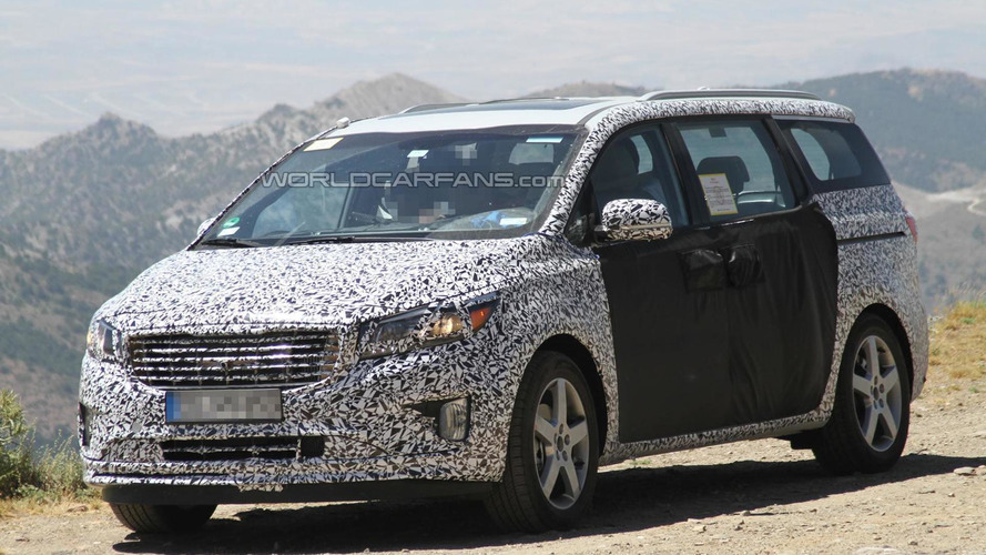 2015 Kia Sedona (Grand Carnival) spied testing in southern Europe