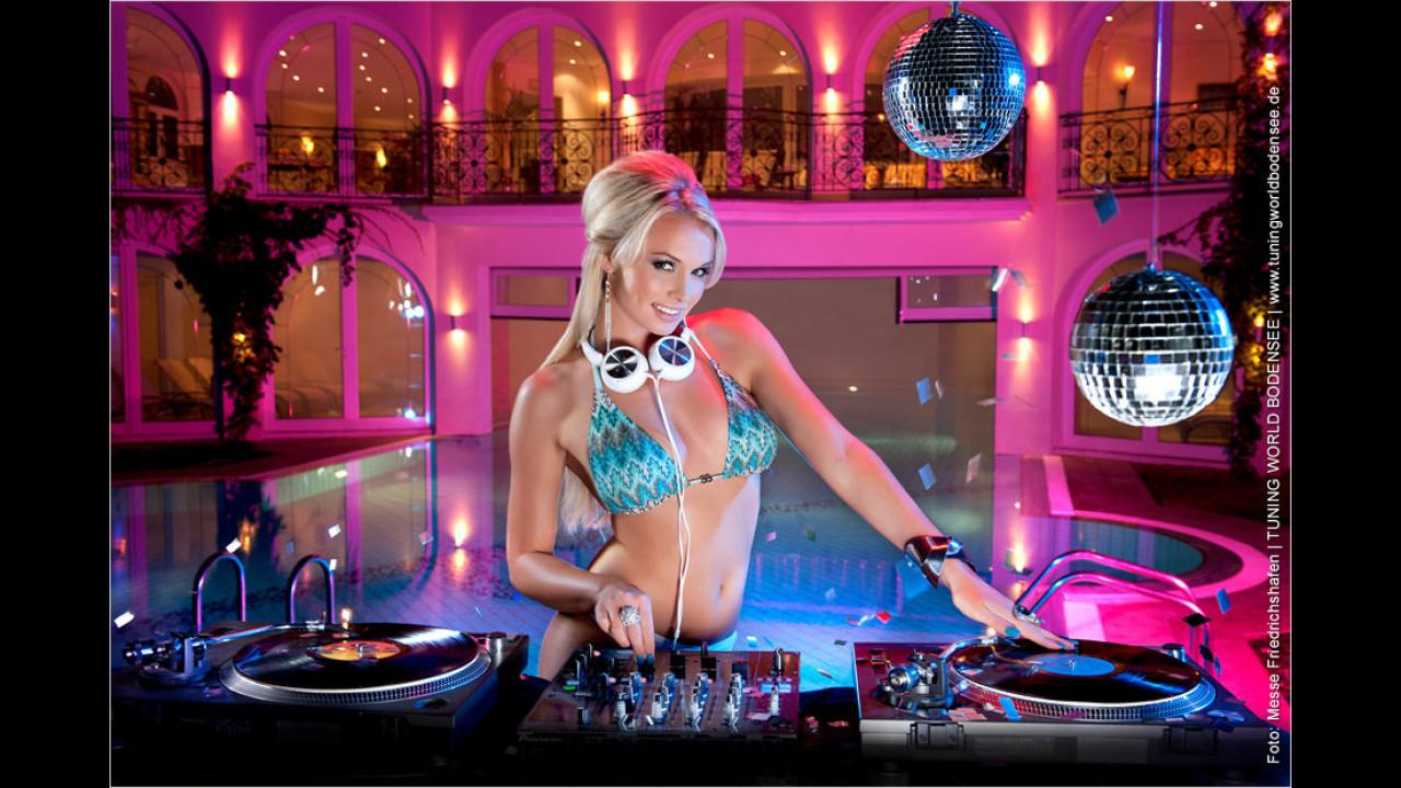 Miss Tuning Kalender 2012: Im November finden Pool-Partys nur noch drinnen statt, Mandy wartet aber noch auf den DJ