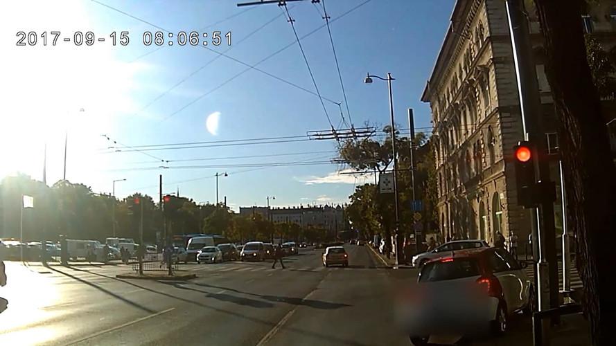 Érthetetlen, mit akart a Dózsa György úton piros lámpánál kanyarodó autós