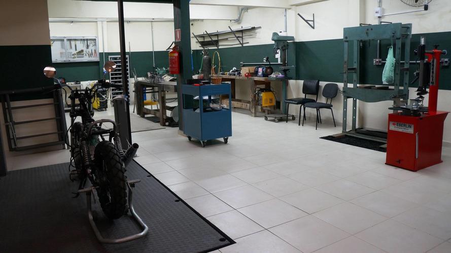 Empresa lança oficina compartilhada para quem gosta de mexer na moto