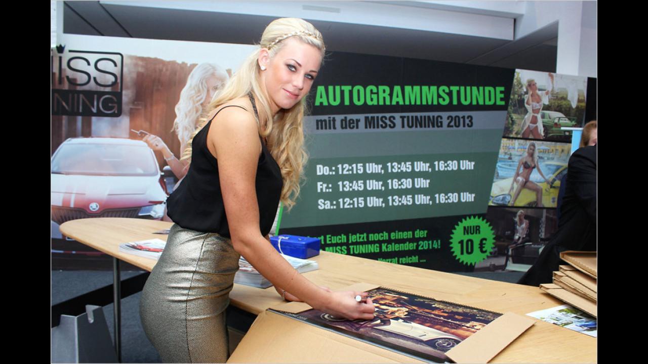 Die scheidende Miss Tuning, Leonie, signiert ihre Kalender: Wir wollen auch ein Autogramm!