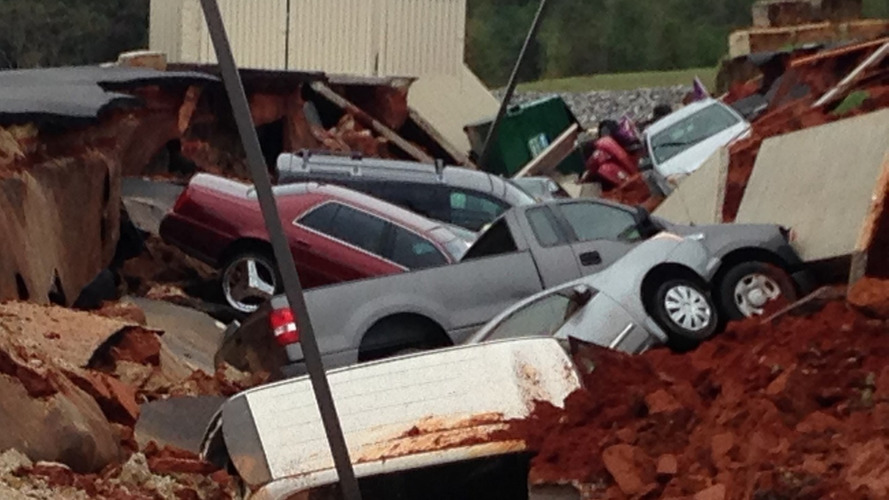 Huge cave-in eats 15 cars in Mississippi parking lot [video]