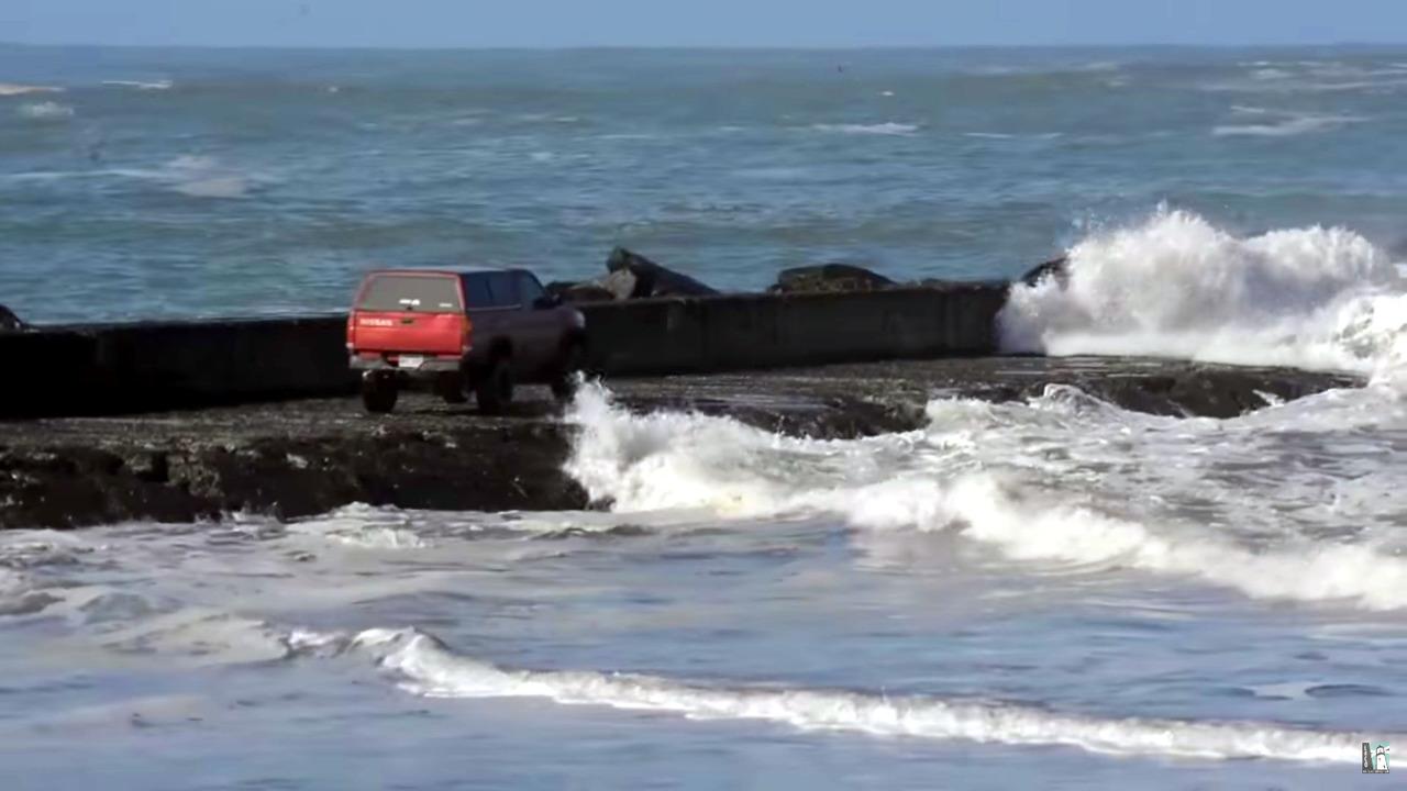Sürücüyü dev dalgalardan helikopter kurtardı