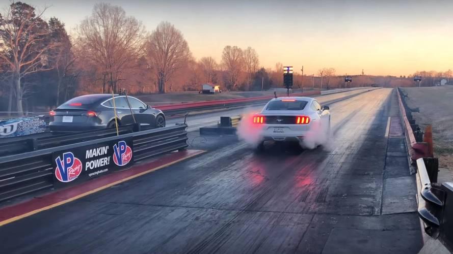 Tesla Model 3 ile Ford Mustang drag yarışı yaparsa