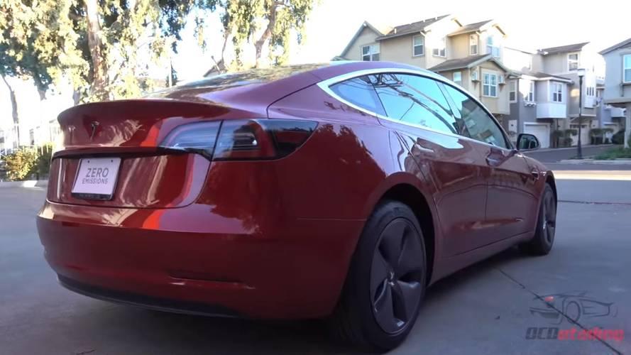 Csak ragasztani lehet a Tesla Model 3 első rendszámtábláját
