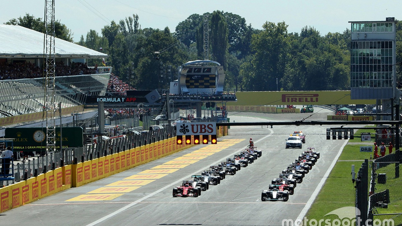 Start: Lewis Hamilton Mercedes AMG F1 W06 leads