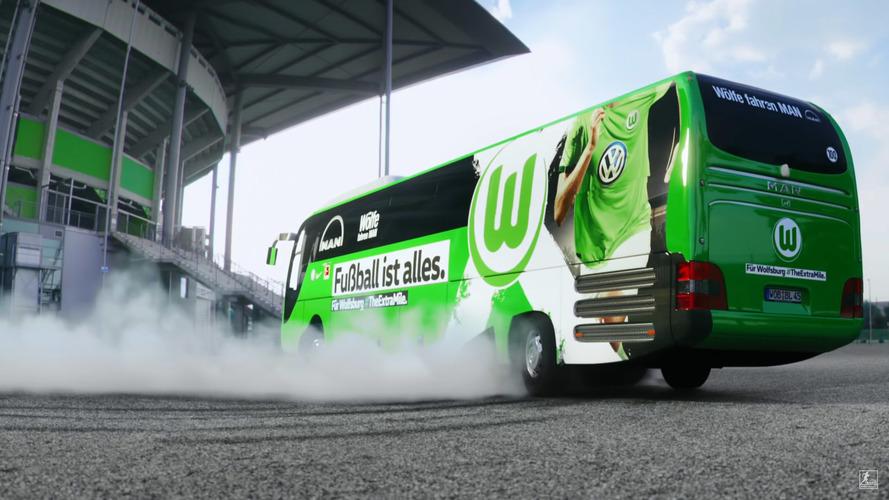 Campeão de rally faz drift com ônibus levando time de futebol