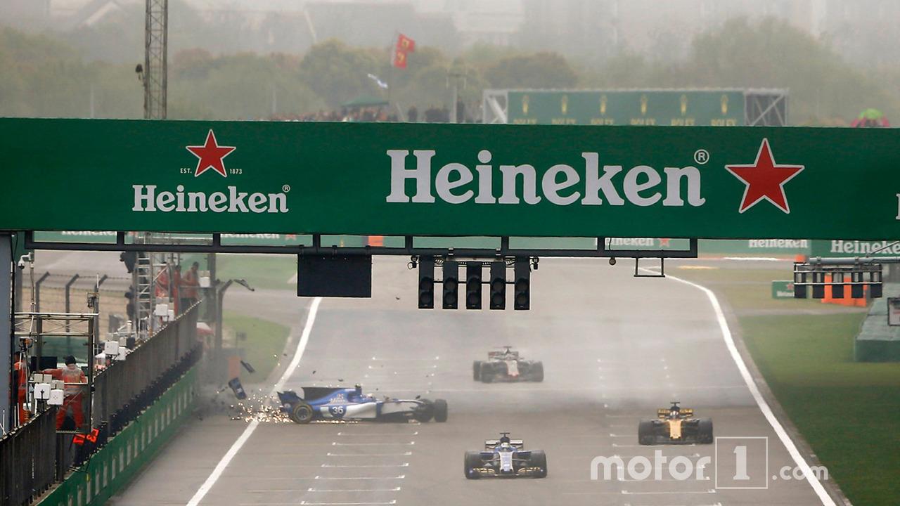 Antonio Giovinazzi, Sauber C36, crashes heavily