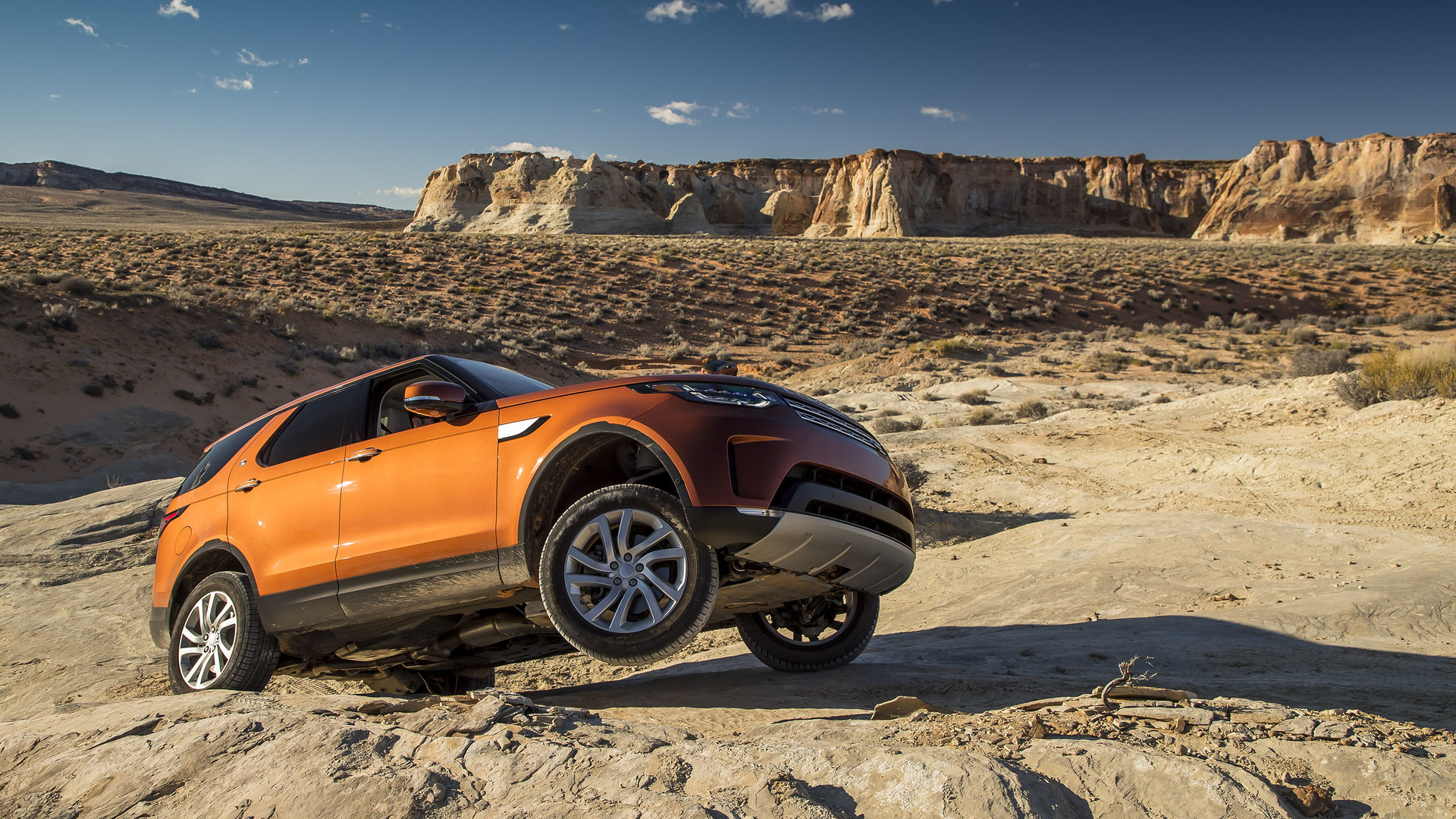 https://icdn-9.motor1.com/images/mgl/kLWJY/s1/2017-land-rover-discovery-first-drive.jpg