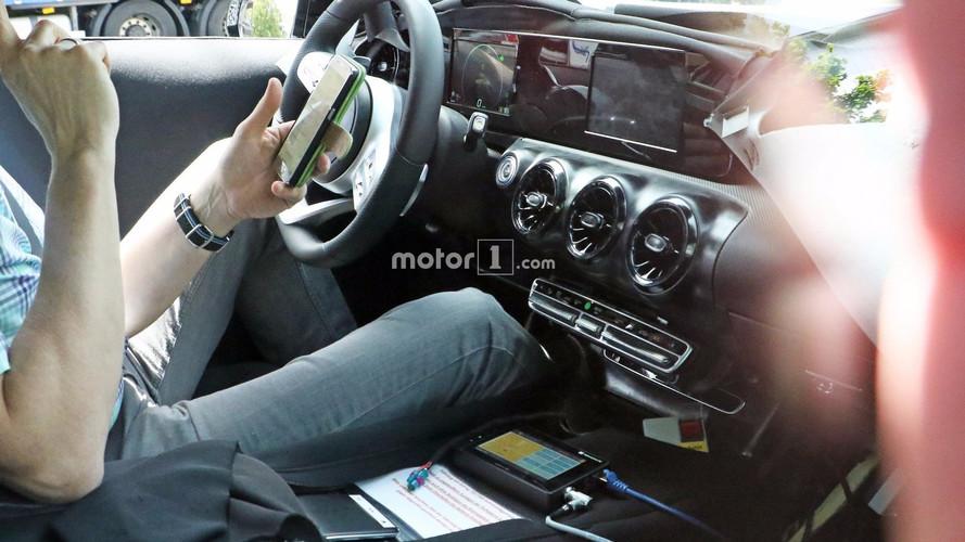 Yeni Mercedes A-Serisi iki dijital ekranla yakalandı