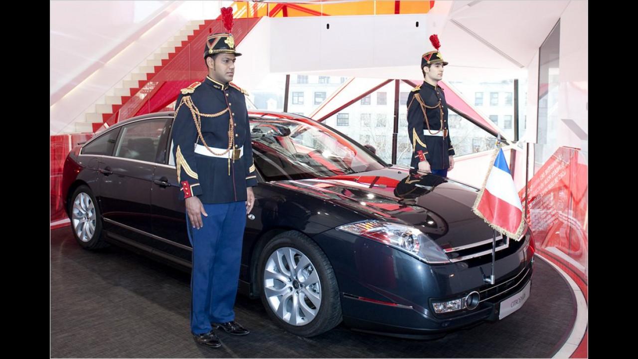 Auch einen Citroën C6 hatte Sarkozy im Fuhrpark. Hier ist das Auto mit Polizisten in Paradeuniform zu sehen.
