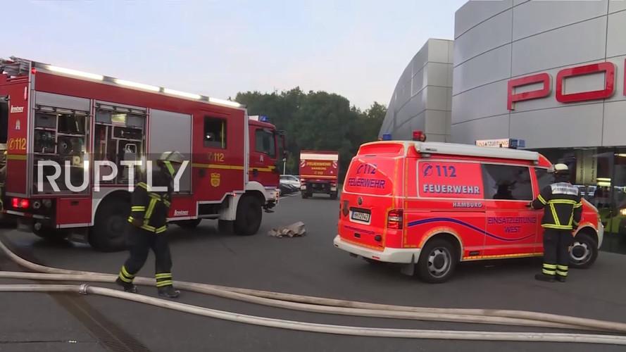 VIDÉO - Une dizaine de Porsche partent en flammes à Hambourg