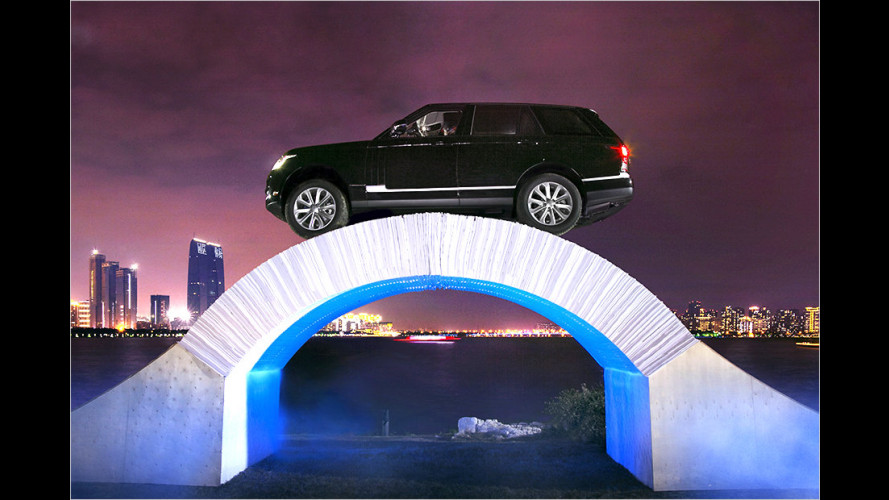 Range Rover fährt über Papier