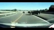 VÍDEO: Câmera à bordo de uma Van mostra uma impressionante colisão frontal no Japão