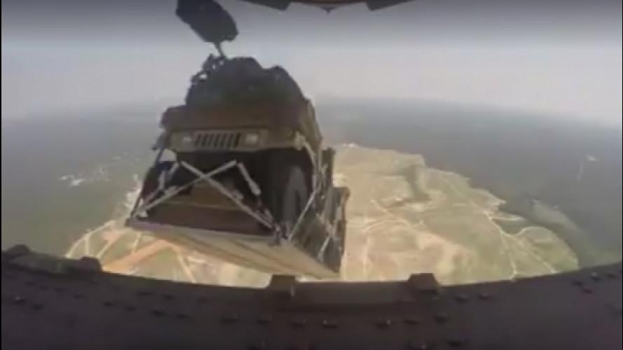 Hummer, giù dall'aereo militare con il paracadute [VIDEO]