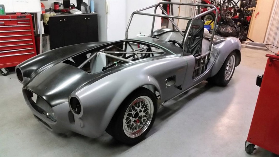 Esportivo nasce com corpo de Shelby Cobra, motor de Tesla e baterias de Kia Soul EV