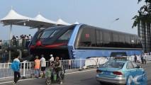 Ônibus que viaja sobre os carros vira realidade na China e desperta interesse do Brasil - veja vídeo