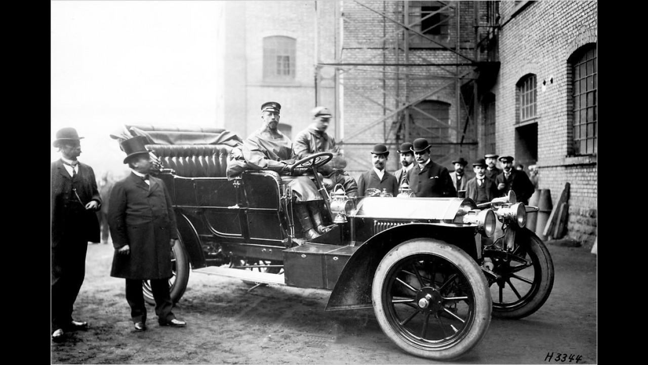 Prinz Heinrich, der Bruder von Wilhelm II. sowie begeisterter Automobilist, war Namensgeber der Prinz-Heinrich-Fernfahrt und Erfinder des Scheibenwischers. Hier ist er anno 1907 in einem Benz 70 PS Triple Phaeton zu sehen.