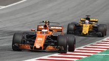 Stoffel Vandoorne, McLaren MCL32, Nico Hulkenberg, Renault Sport F1 Team RS17