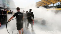 The burned car of Kevin Magnussen, Renault Sport F1 Team RS16 (2)