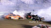 Carl Edwards, Joe Gibbs Racing Toyota, Kasey Kahne, Hendrick Motorsports Chevrolet crash