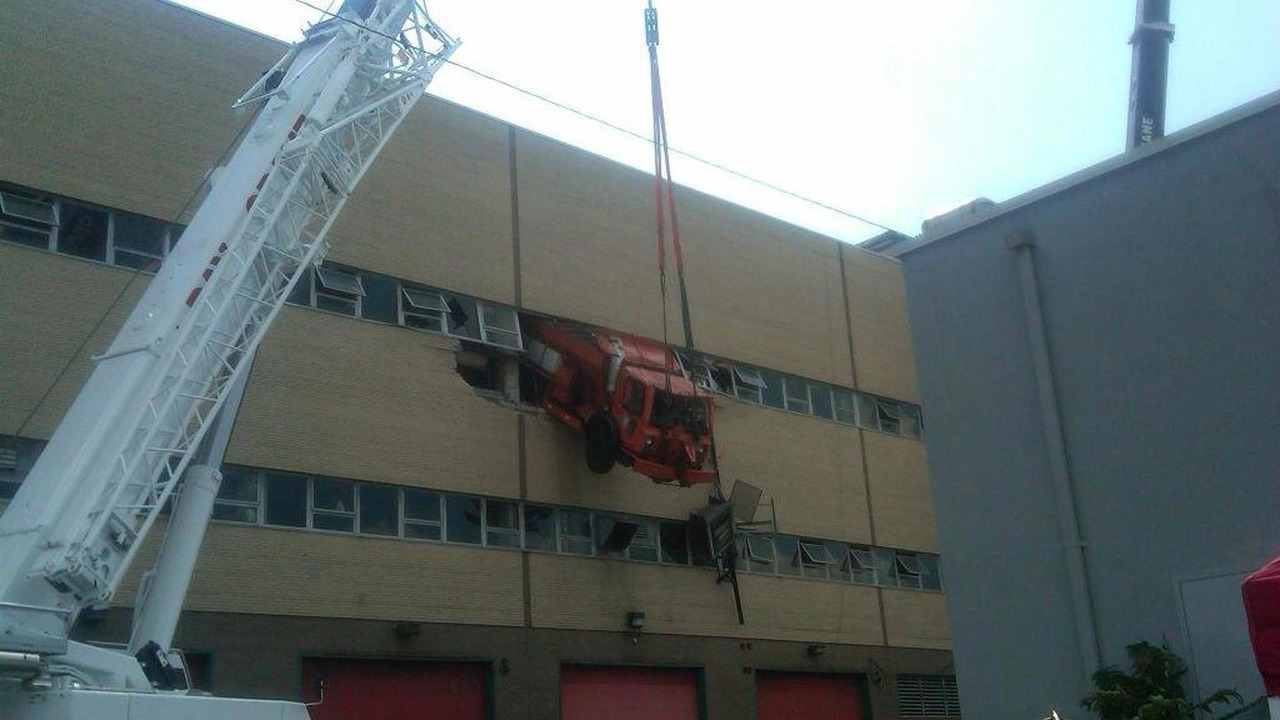 NYC garbage truck accident - 18.8.2011