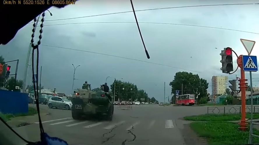 VIDÉO - Un engin militaire grille un feu et écrase une voiture