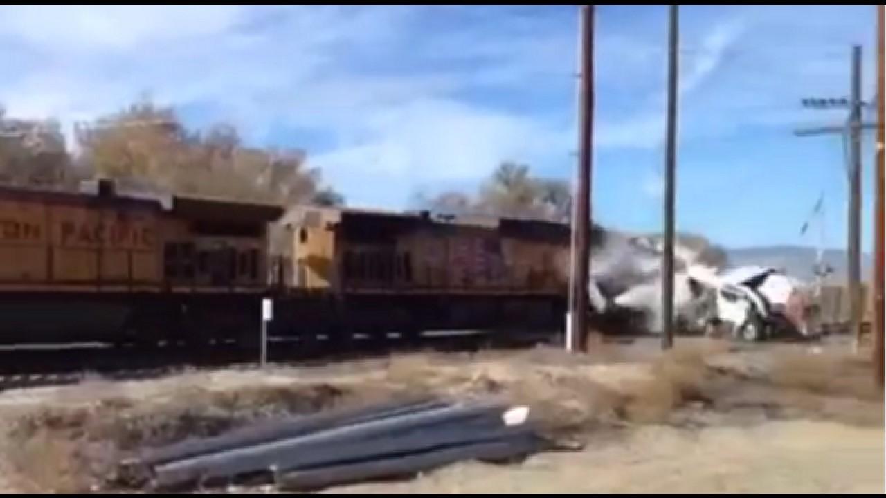 VÍDEO: Sai da frente que lá vem o trem!