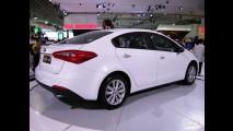 Salão do Automóvel: Kia exibe a nova geração do Cerato - e reclama do sistema de cotas de importação