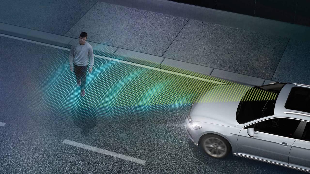 Sistema de frenada de emergencia automática en ciudad, con detección de peatones