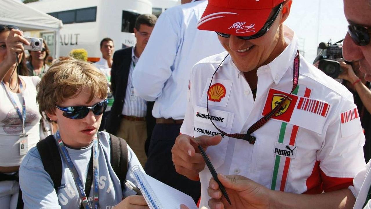 Michael Schumacher (GER), Scuderia Ferrari, Advisor signs autographs, Italian Grand Prix, Saturday, 08.09.2007 Monza, Italy