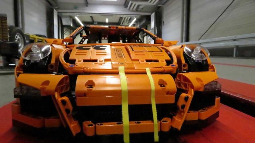 crash test mostra n vel de seguran a do porsche 911 de lego. Black Bedroom Furniture Sets. Home Design Ideas